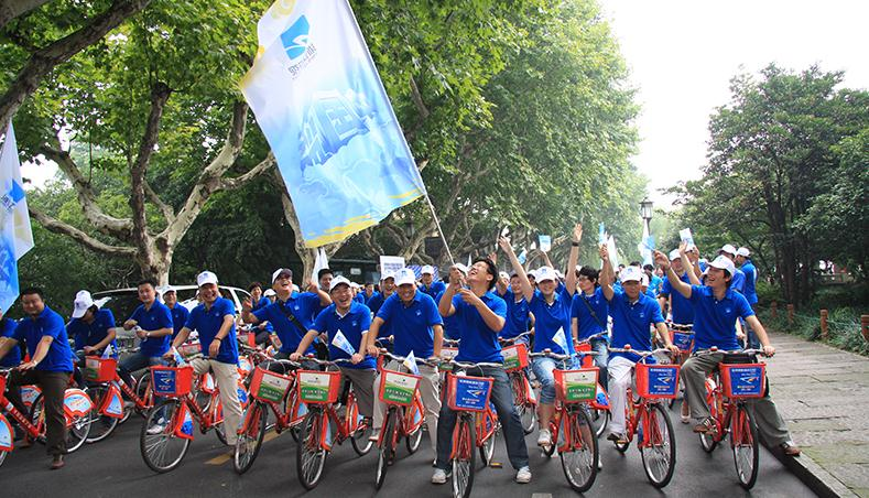 6/7 公共自行车图片2 7/7 外国游客尽情体验杭州公共自行车的骑行乐趣
